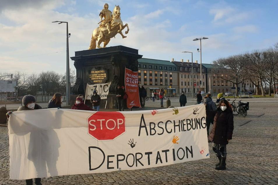 """Die Organisation """"Seebrücke Dresden"""" hatte am Sonntag zu dieser Mahnwache am Goldenen Reiter aufgerufen."""