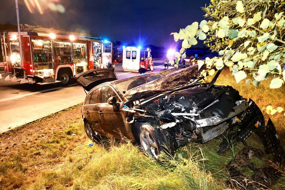 Bei dem Unfall werden zwei Personen verletzt.