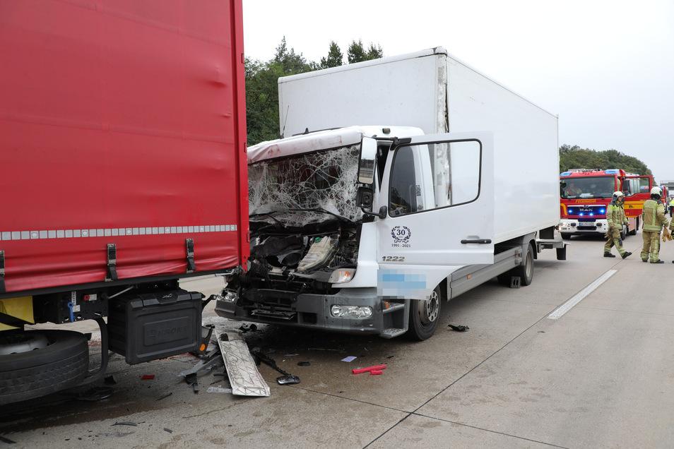 Der Laster einer Spedition fuhr am Dienstagmorgen bei Dresden auf einen vorausfahrenden polnischen Lkw auf.
