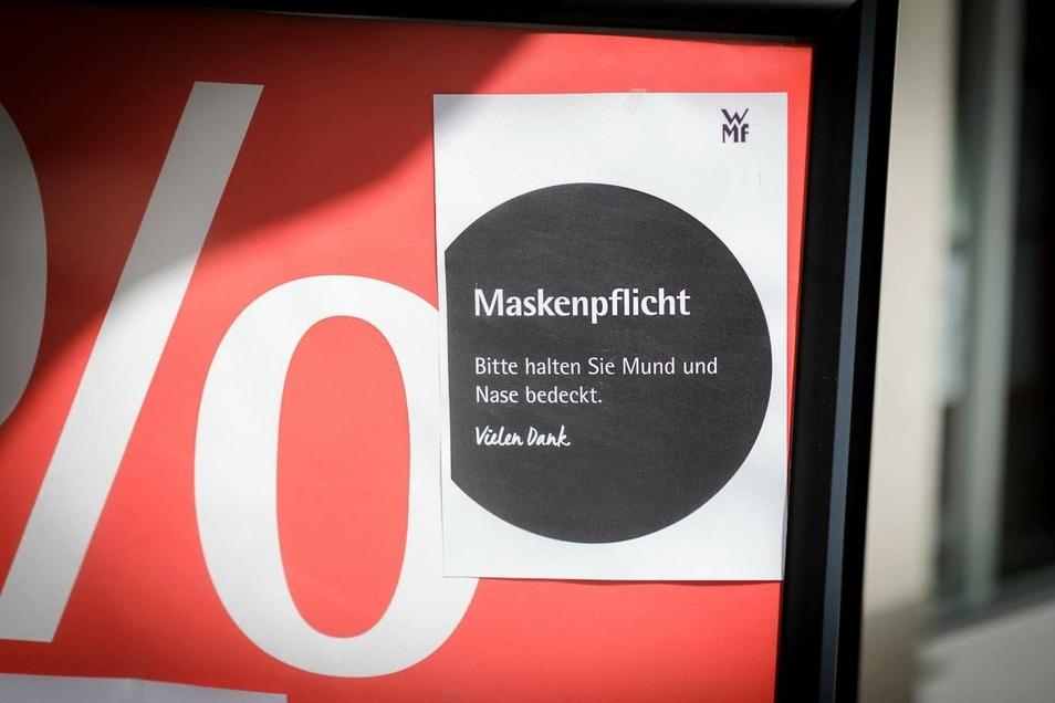 Die Bitte, Masken aufzusetzen, findet man an vielen Stellen. Aber kontrolliert das auch jemand?