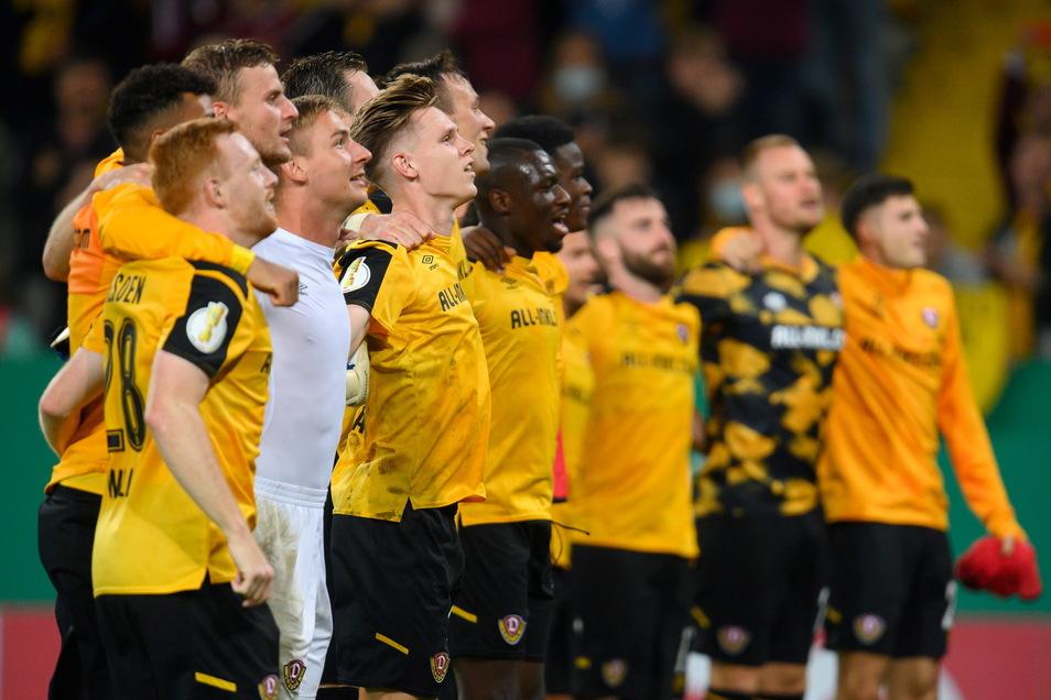 So feierten die Dresdner nach dem 2:1-Sieg gegen Paderborn in der ersten DFB-Pokal-Runde. Am Sonntag geht es um Punkte in der zweiten Liga.
