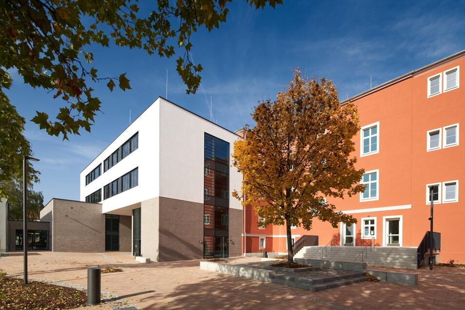 Den sanierten Altbau der Pestalozzioberschule in Pirna ergänzt seit der Modernisierung ein Neubau. Bis zu 420 Schüler finden jetzt hier Platz.