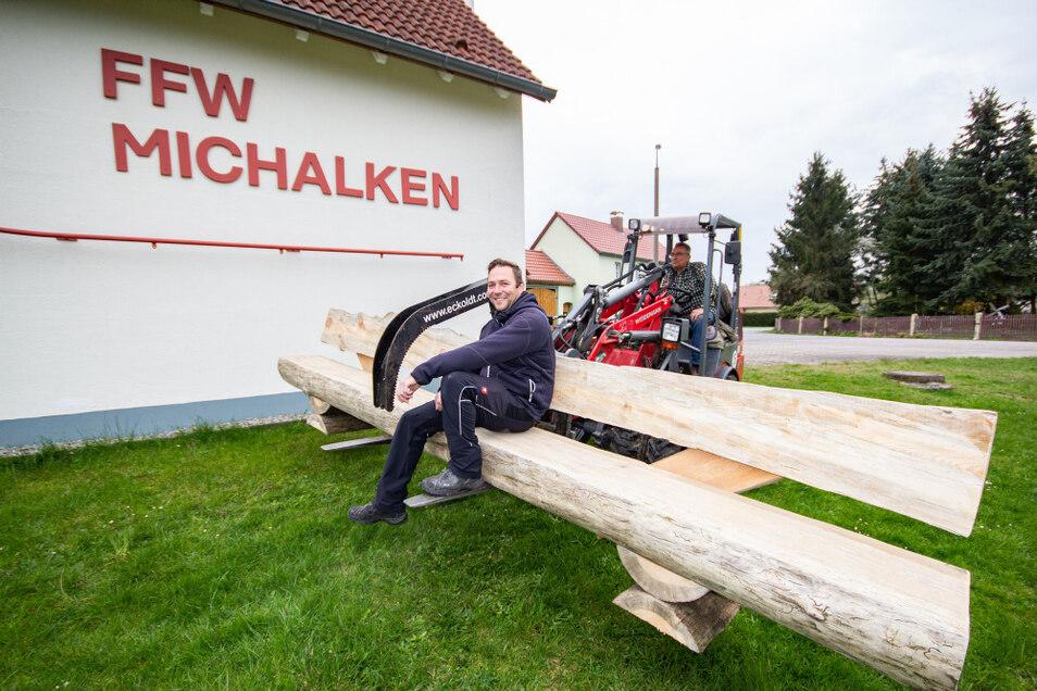 Zusammen mit dem Maibaum ersteigert, wurde dieser Stamm von Thomas Braske in eine Bank verwandelt. Die steht nun am Feuerwehrgerätehaus in Michalken.