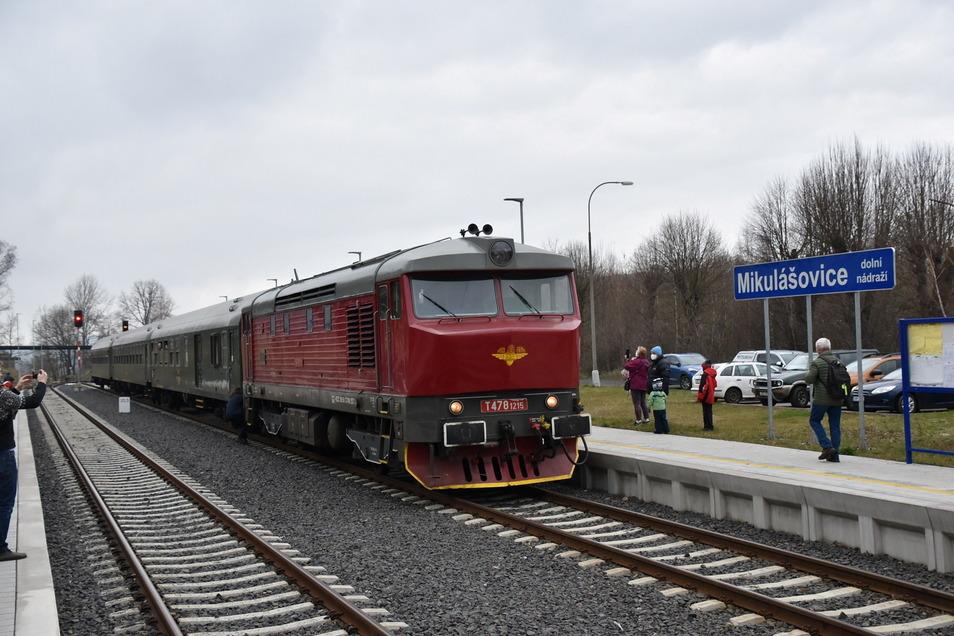 Der Lausitzer Schnellzug im Unteren Bahnhof von Mikulášovice.