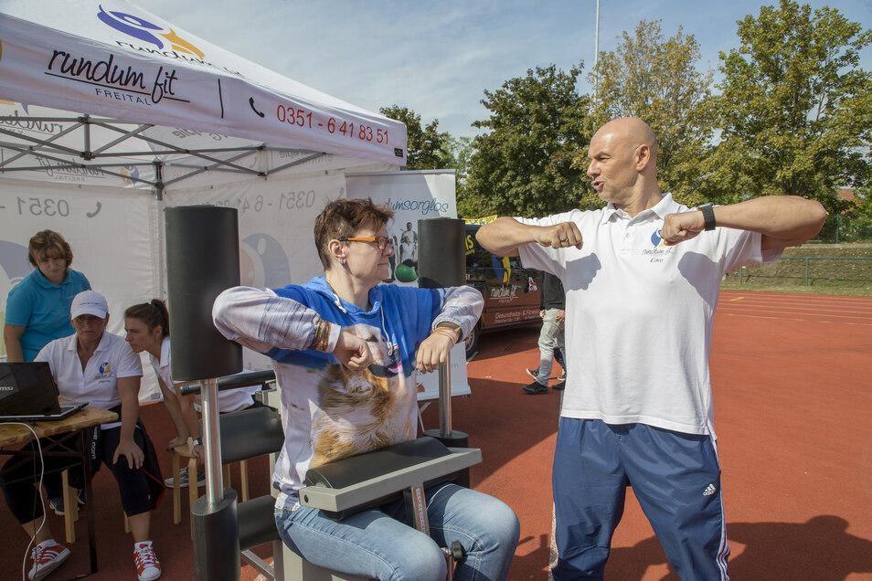 Yvette Herold aus Freital lässt ihre körperliche Fitness messen von Eiko Brückner vom Rundumfit auf der Sport- und Erlebnismeile im Stadion des Friedens.