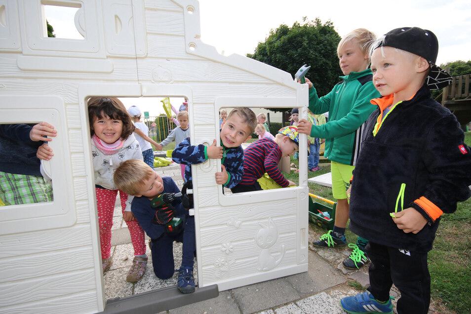 Hugo, Lina, Finn, Hannes und Liam (von links) helfen Sven Kempe, das neue Spielhaus aufzubauen. Sein Geschenk ersetzt ein Häuschen, das ein Sturmopfer geworden ist.
