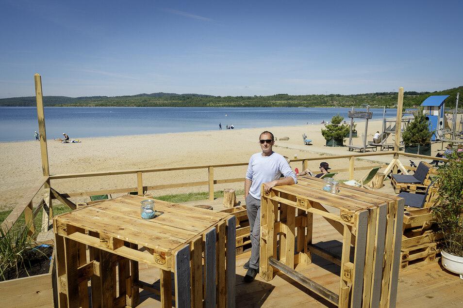 René Freigang steht an seiner Strandbar am Berzdorfer See.
