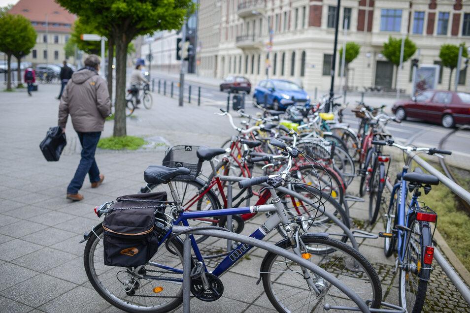 Ein alltägliches Bild: Abgestellte Fahrräder am Görlitzer Bahnhof. Künftig soll es drinnen im Gebäude deutlich mehr Komfort geben.