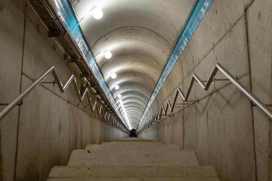 Kontrollgang in der Mauer: Gut 220 Stufen sind es bis zum tiefsten Punk.