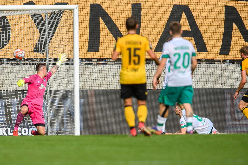 Dynamos 2:0. Christoph Daferner (ganz rechts) trifft freistehend, Bremens Torwart Michael Zetterer ist chancenlos.