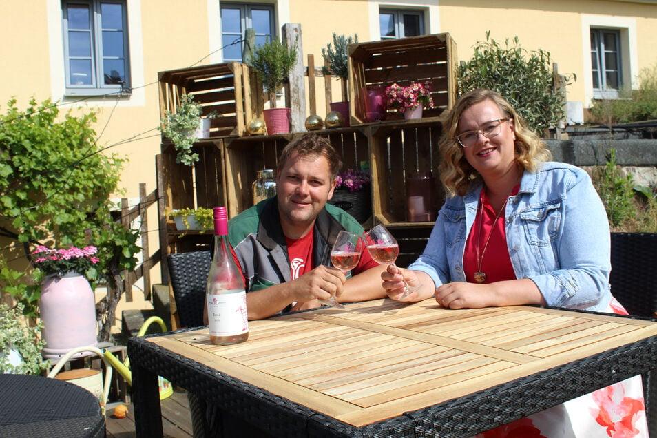 Das junge Winzerpaar Sebastian und Maria Lehmann hofft auf viele Gäste zum Herrentag.