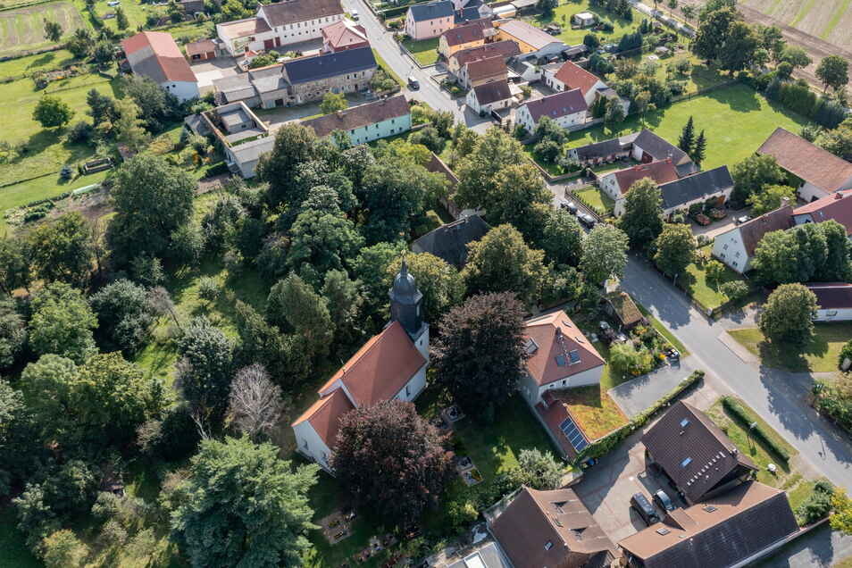 Die Kirche steht in der Mitte Streumens. Auch wenn nur wenige Menschen sie regelmäßig besuchen, ist sie aus dem Dorfbild nicht wegzudenken.