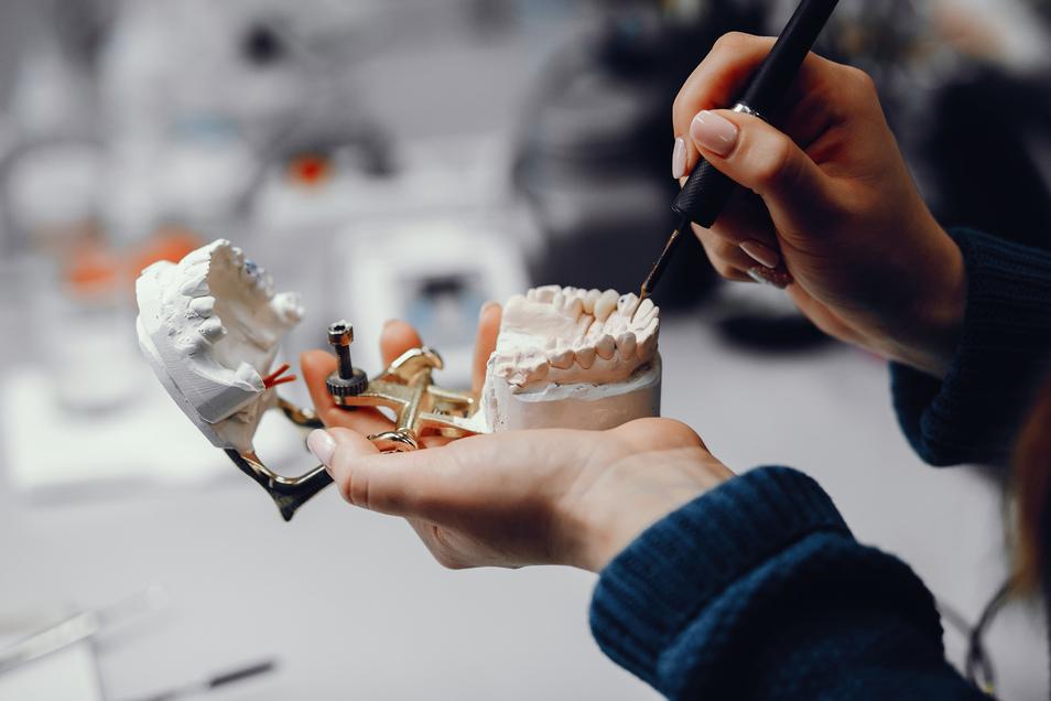 Als zahnmedizinischer Fachangestellter ist nicht nur das medizinische Wissen wichtig - auch Organisationstalent und Kondition sind gefragt.