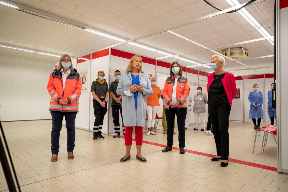 Sachsens Gesundheitsministerin Petra Köpping (M.) spricht im Impfzentrum Pirna ihren Dank stellvertretend für alle Impfzentren und deren Beschäftigte aus.
