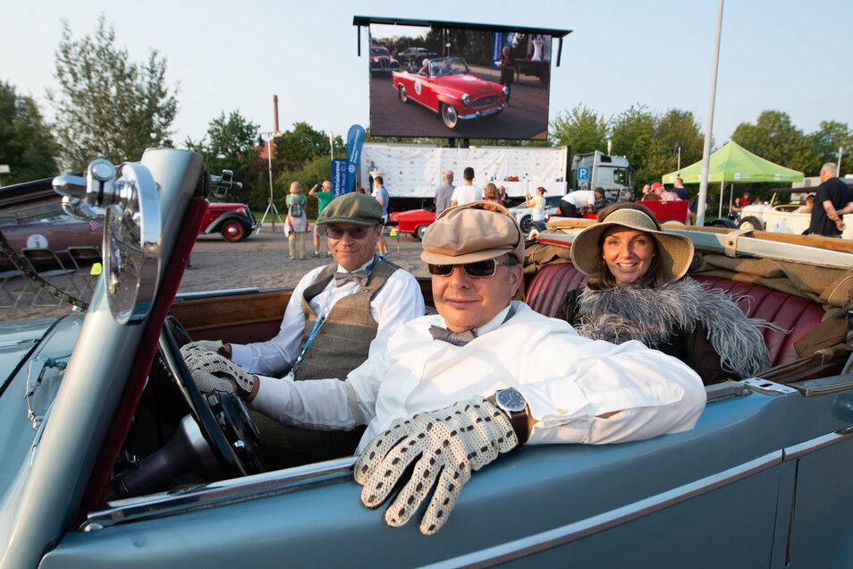 Jörn Güsewel (53), Jürgen Blüm (56) und Constanze Kieslinger (55) in ihrem Jaguar.