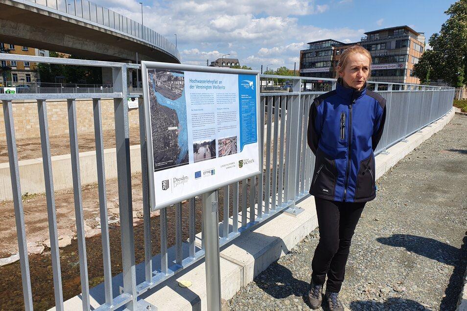 LTV-Betriebsleiterin Birgit Lange erklärt an einer Tafel, dass bis März kommenden Jahres ein Hochwasserlehrpfad mit Informationstafeln an der Vereinigten Weißeritz angelegt werden soll.