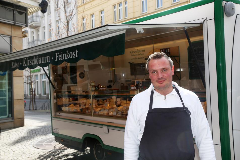 Christoph Kirschbaum hatte mit seinen Käse-Spezialitäten einen neuen Standort vor der Elbgalerie gefunden. Nun kann auch er wieder an den Rathausplatz.
