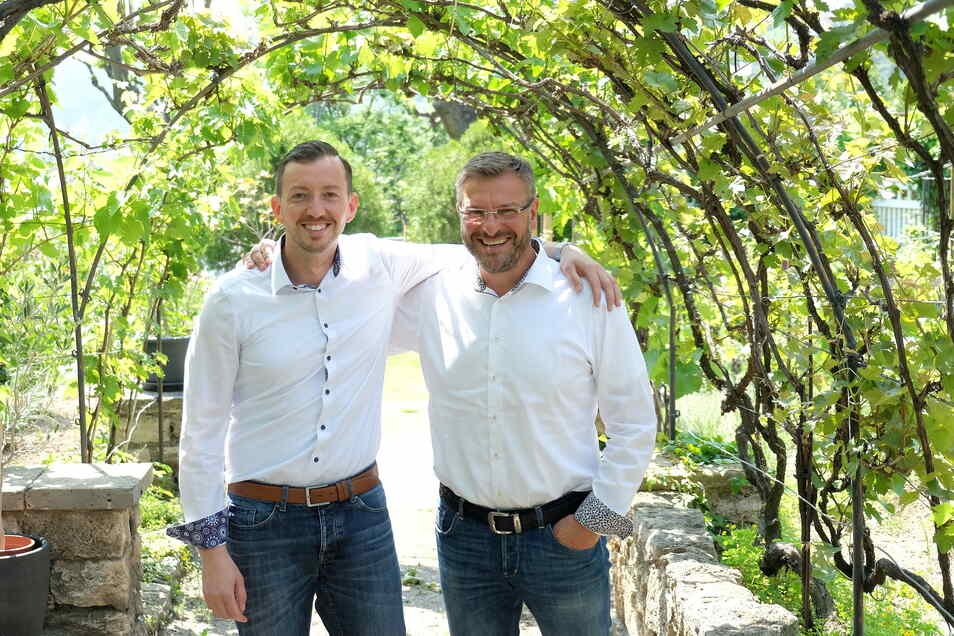 Haben sichtlich Freude an ihrer Arbeit: David Hoppe (links) und Jörg Mende feiern bei der Deutschen Vermögensberatung in Meißen zwei Jubiläen.