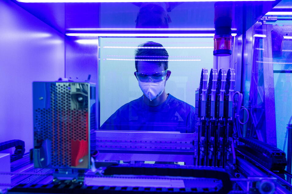 Ein Laborant untersucht an einem PCR-Vollautomaten Corona-Abstriche. Es bestehe die Gefahr, dass sich mehr Virusvielfalt herausbilde, sagen Forscher.
