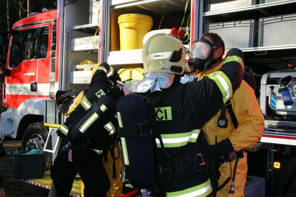 Ärztliche Hilfe brauchten wegen der Schadstoffe in der Luft auch Feuerwehrleute, die nach der Explosion im Einsatz waren.