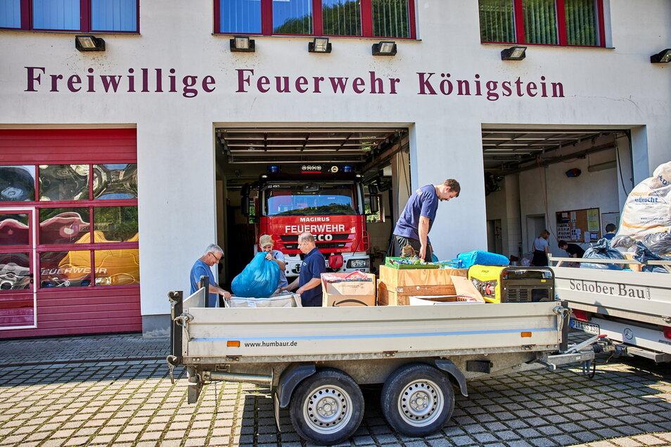 An der Feuerwehr Königstein wurden die gespendeten Sachen auf Transporter mit Anhänger geladen und über Bad Gottleuba-Berggießhübel nach Zinnwald gebracht.