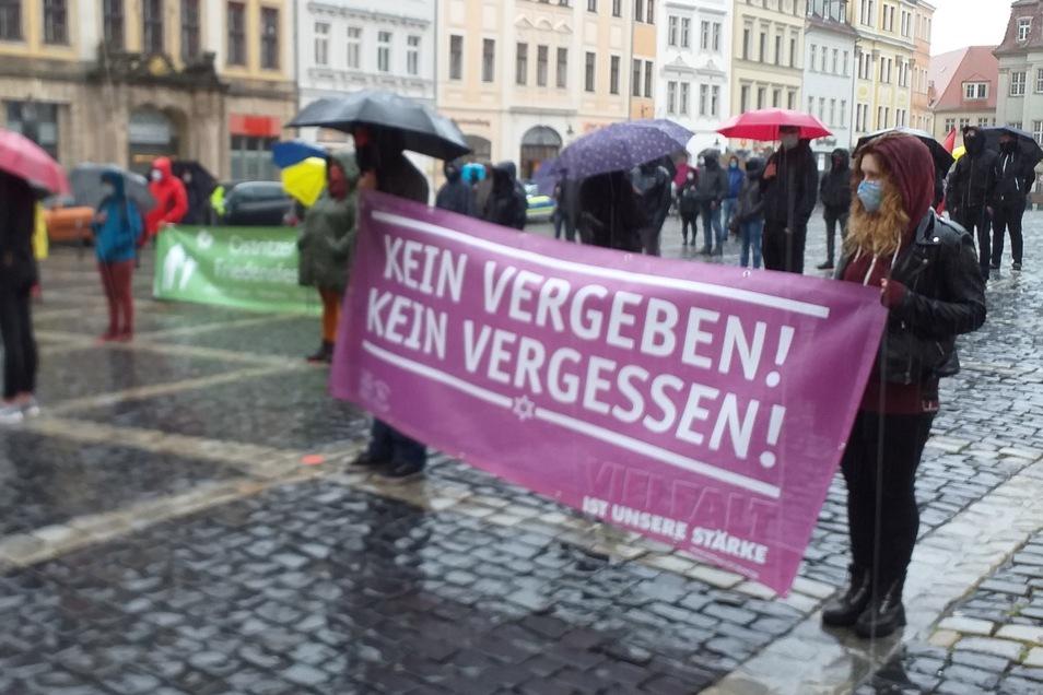 Auf dem Zittauer Markt demonstrierten Menschen mit Plakaten wie diesem. Für die Polizei gab's nichts zu tun.