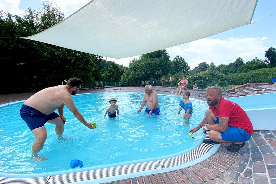 Schwimmmeister Ronny Richter misst die Temperatur im Kinderplanschbecken. Das hat nun ein Sonnensegel.