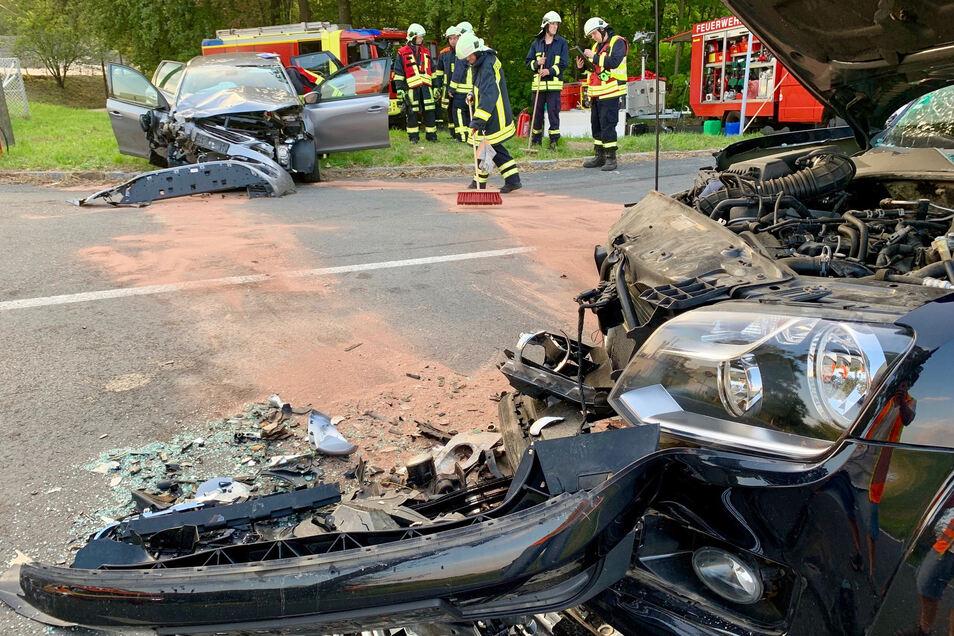 Die beiden Autos waren frontal zusammenstoßen.