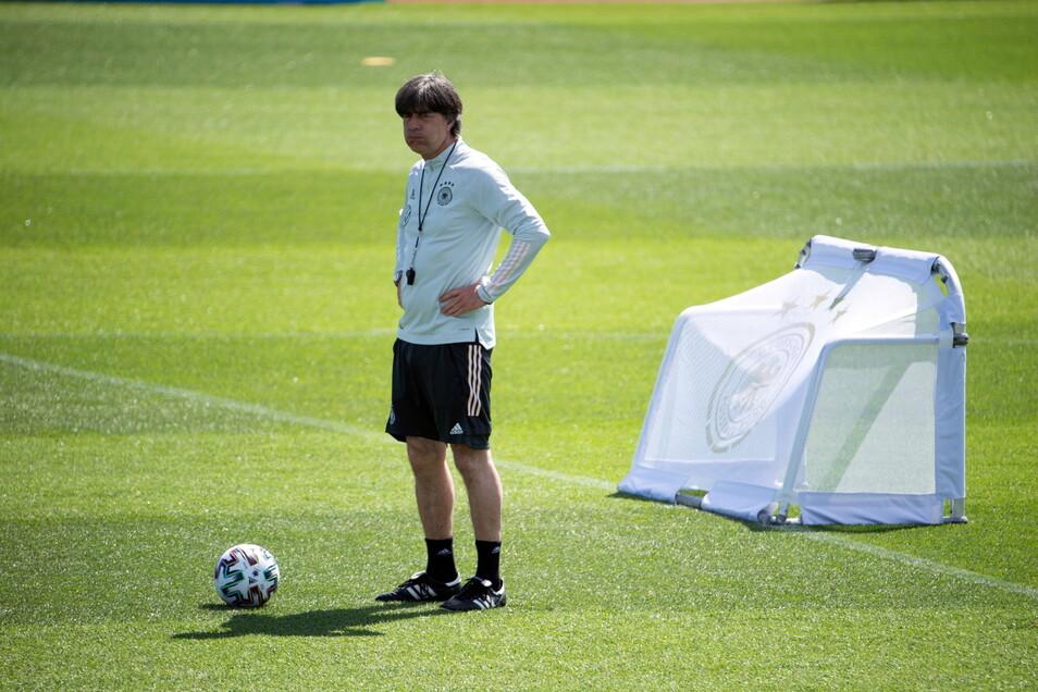 """""""Was ich an Einsatz gesehen habe, stimmt mich positiv für die nächsten zwei Spiele:"""" Bundestrainer Joachim Löw beobachtet das Training der Nationalelf."""