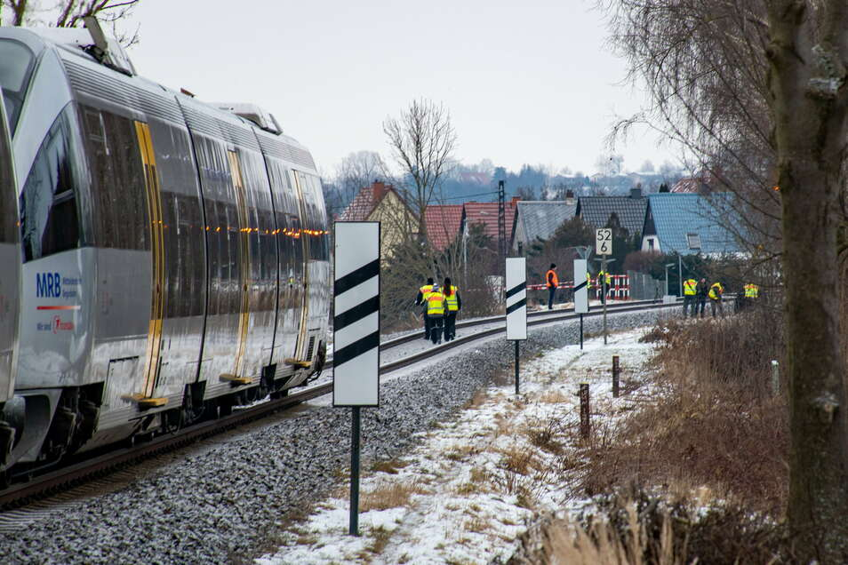 Nachdem die Passagiere in Sicherheit gebracht waren, untersuchten die Beamten den Unfallort.