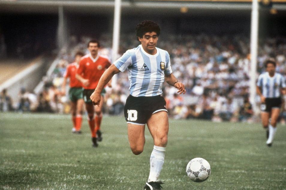 Maradona beim Spiel Argentinien gegen Bulgarien am 10.6.1986 im Olympiastadion in Mexico-City.