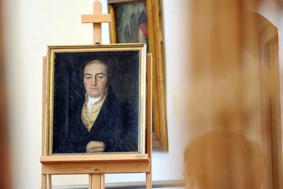 Das Porträt des Ratsziegelpächters Karl Gottlob Rudolph von einem unbekannten Künstler. Man gehe davon aus, dass es zwischen 1810 und 1830 entstanden ist, so die Museumsdirektorin. Das Ölgemälde ist in einem goldfarbenen Schmuckrahmen mit Eierstabdekor gerahmt.