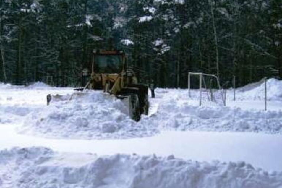 Winter 2006: Rund 3.000 Kubikmeter Schnee mussten geräumt werden, damit auf dem Waldsportplatz gespielt werden konnte.