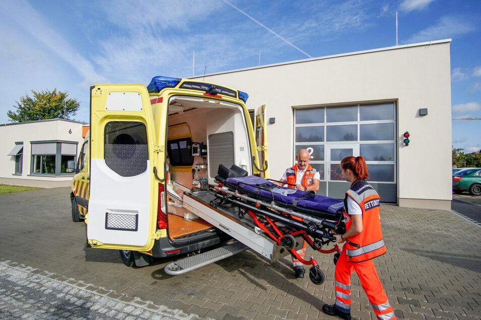 Die beiden Notfallsanitäter Laura Hoffmann und Ronny Wandelt sind zwei von insgesamt 16 Rettungssanitätern und -helfern, die von der neuen Rettungswache in Königswartha aus zu ihren Einsätzen starten.