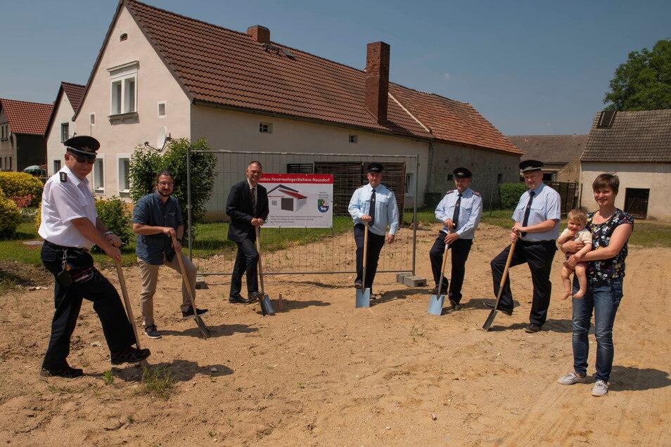 Erster Spatenstich für das neue Feuerwehrgerätehaus. Mit dabei: Feuerwehrchef Ingo Nestler und Bürgermeister Mocker (v.l.)