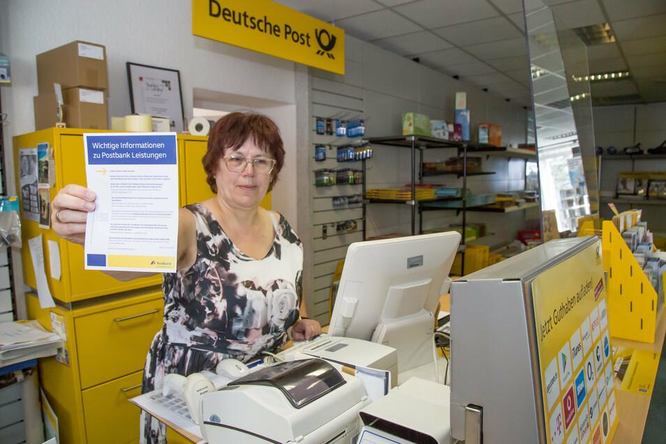 Veronika Urban zeigt das Schreiben der Postbank in dem sie mitteilt, dass sie sich aus Rothenburg zurückzieht. Ab November haben Urbans nur noch eine Postagentur in ihrem Geschäft auf der Bahnhofstraße.