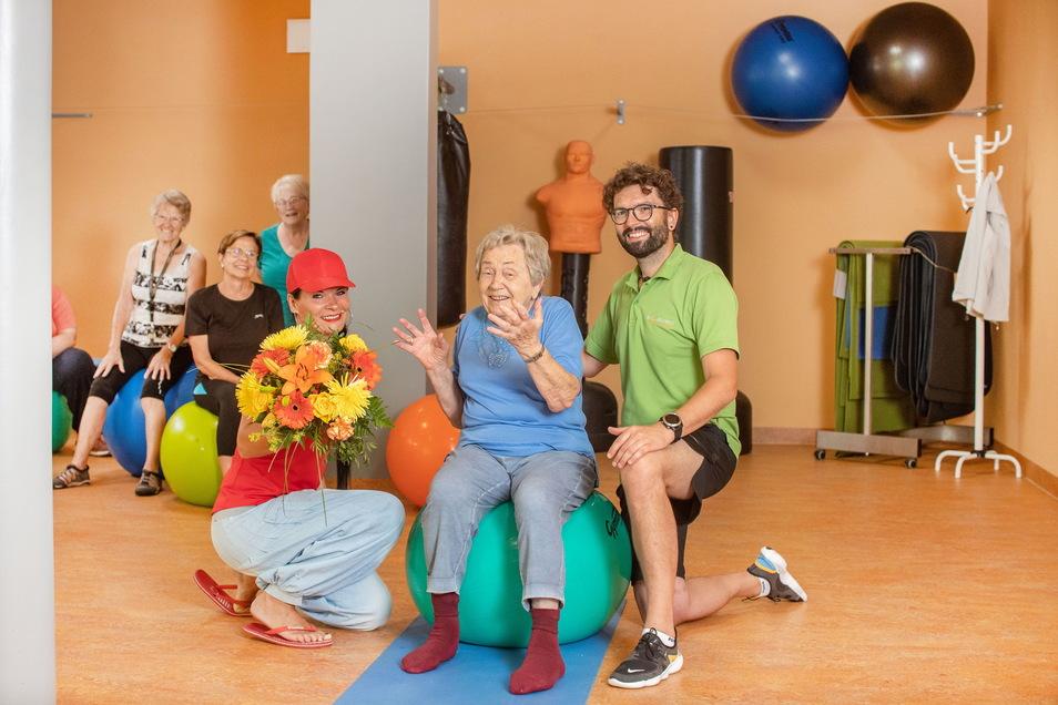 Mit ihren jetzt 90 Jahren ist Brigitte Linnert eine der ältesten Besucher, die sich im Solemed in Leisnig fit halten. Selbst an ihrem gestrigen Geburtstag ließ sie die Übungsstunde mit Trainer Martin Schmidt (rechts) nicht aus.
