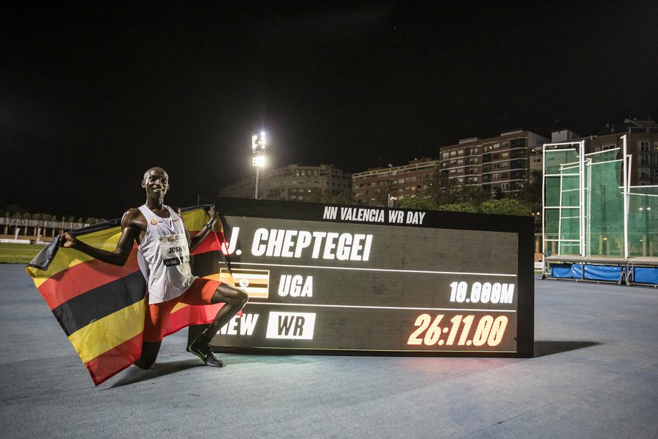 Strahlte nach seinem 5.000-Meter-Weltrekord in Monaco über das ganze Gesicht: Joshua Cheptegei. Nach der Fabelzeit über die doppelte Distanz in Valencia am Mittwoch geraten aber vor allem seine Schuhe in den Blickpunkt.
