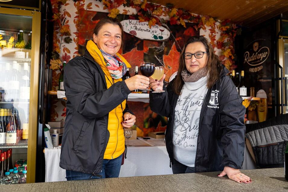 Zufrieden: Bettina Maahs (links) und Carina Reichelt ist es gelungen, trotz der Corona-Auflagen ein Weinfest in Pesterwitz zu veranstalten.