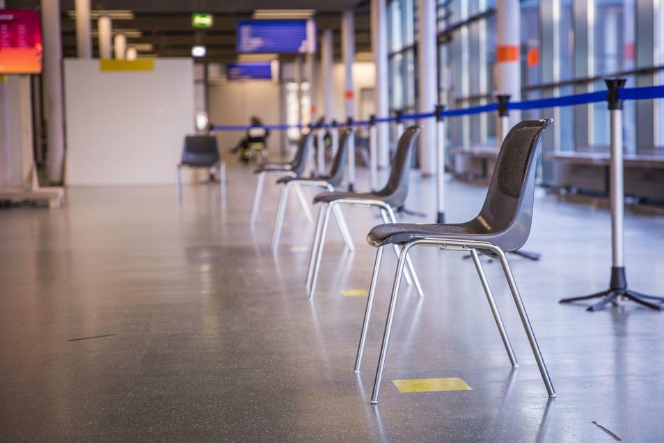 Dresdens größtes Wartezimmer: Vor der Messehalle 4 sind Stühle mit großem Abstand zueinander aufgestellt worden. Aufgerufen werden die Patienten persönlich.