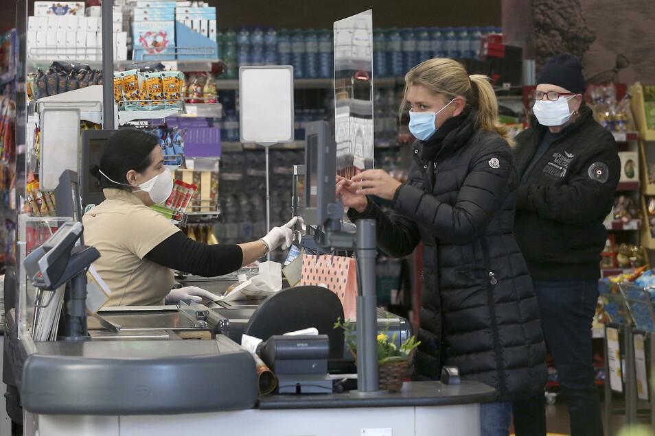 In Österreich müssen Kunden beim Einkauf ab jetzt Masken tragen.