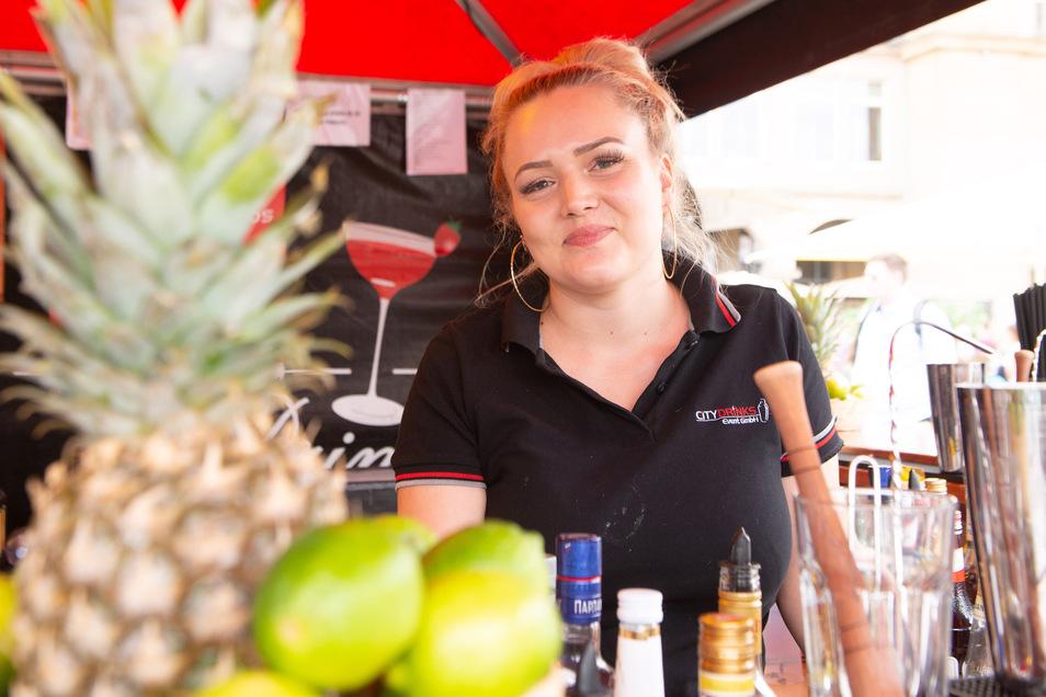 Chantal Brückner erwartet am Abend mehr Gäste an ihrer Cocktailbar.