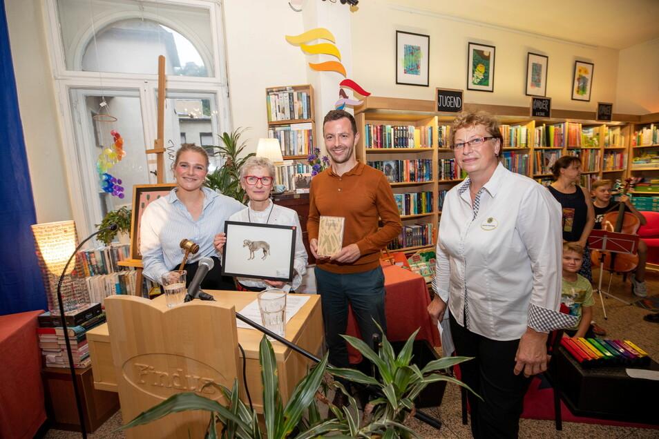 Alexa Wolff von der Sahl, leitet die Versteigerung, die in der Findus-Buchhandlung von Annaluise Erler, stattfand. Rechts neben ihr Sebastian Guggolz, Verleger aus Berlin und Gabriele Sternitzky, Vorsitzende vom Lions Club (v.l.).
