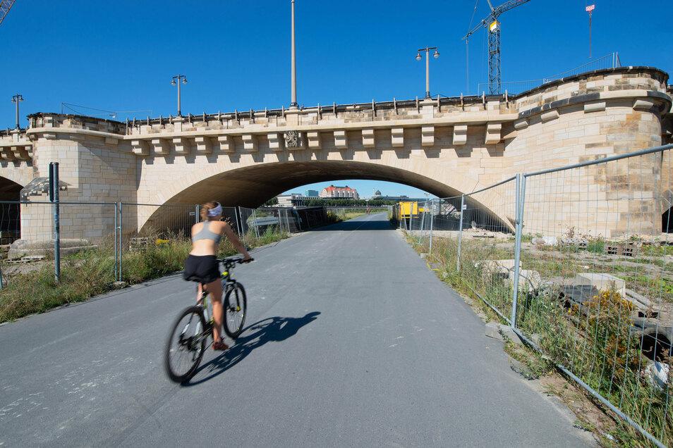 Komplett erneuert wurde die Sandsteinoberfläche auf dem achten Brückenbogen auf der Neustädter Elbseite. Das war nötig, da er im Zweiten Weltkrieg von der Splitterbombe getroffen wurde.