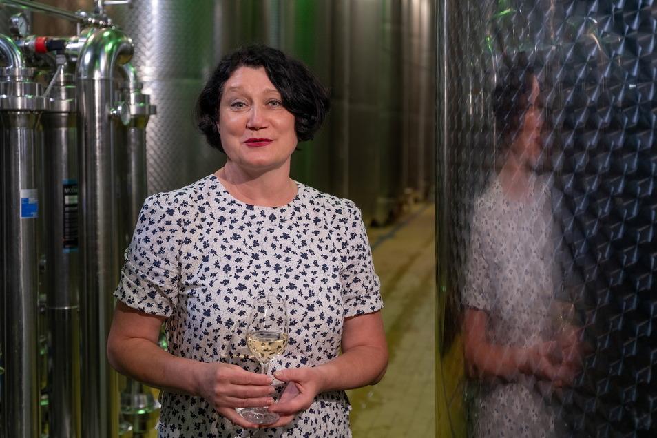 Kommt aus Kasachstan und bestimmt die Qualität sächsischer Weine entscheidend mit: Natalie Weich (56), Kellermeisterin der Winzergenossenschaft Meißen, neben den gut gefüllten Stahltanks.