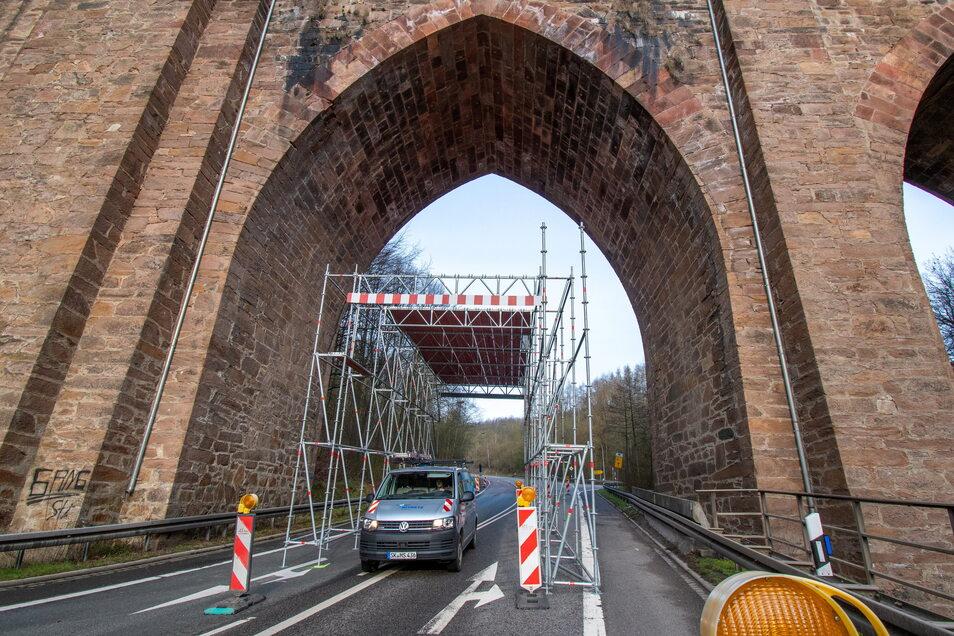 Wer durch das Diedenhainer Viadukt fährt, muss zurzeit durch den Gerüsttunnel.