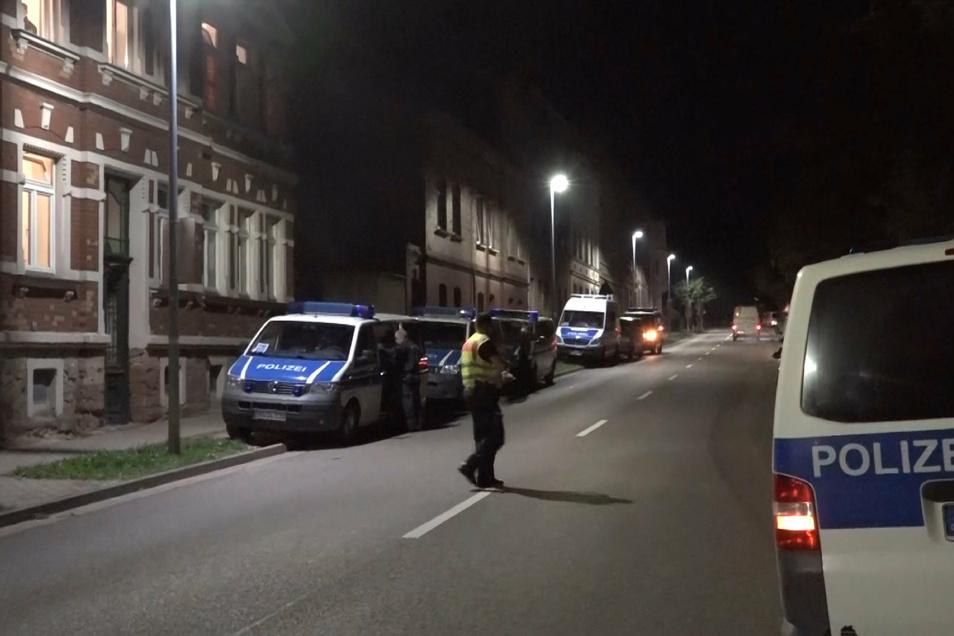 Mehrere Polizeiwagen stehen an einer Straße in Weißenfels während einer Razzia. Die Bundespolizei führt seit den frühen Morgenstunden in fünf Bundesländern Durchsuchungen im Zusammenhang mit der illegalen Einschleusung von Arbeitskräften für die Fleischin