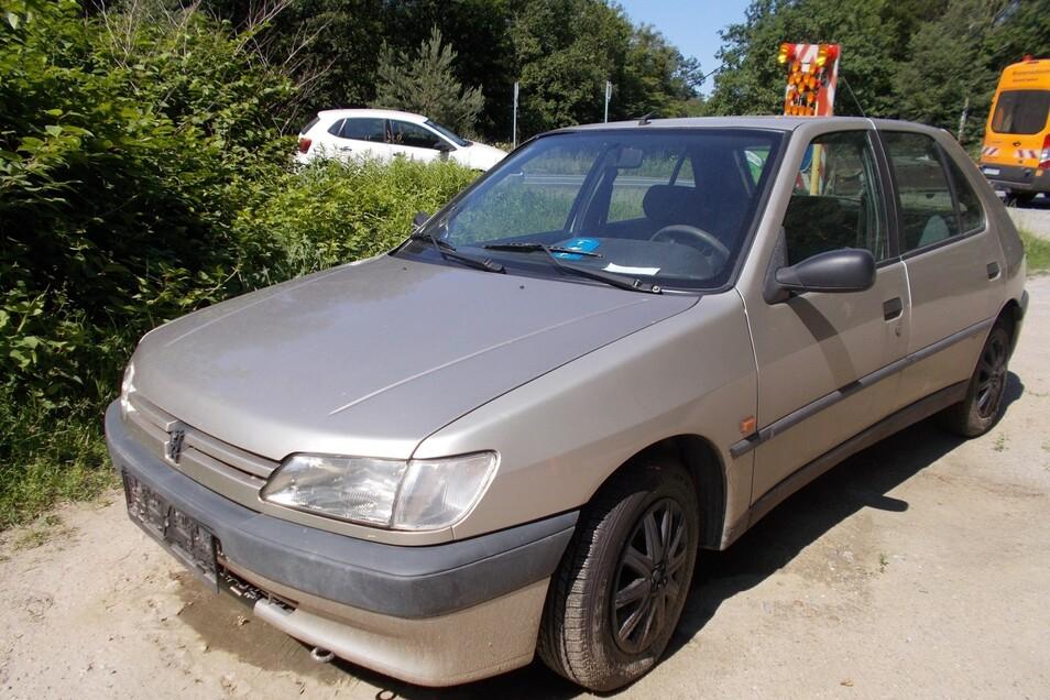 Dieser Peugeot ohne Nummernschilder wurde kurz vor Graupa abgestellt.
