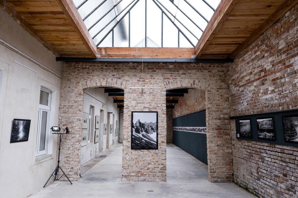 Im Lichthof des Fotomuseums zeigt das Schlesische Museum die Riesengebirgsfotos von Jacek Jasko.