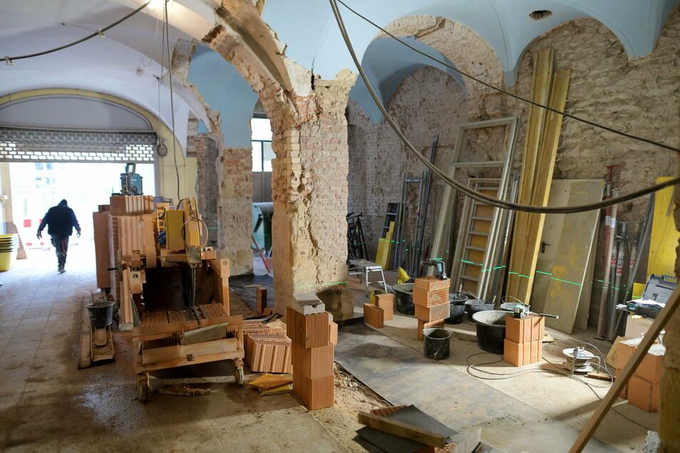 Im Erdgeschoss werden die Wände versetzt, damit die Deckenbögen der Passage vollständig zu sehen sind.